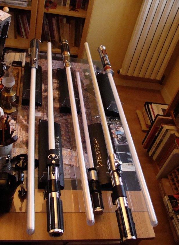 Photo 1 - Les sabres laser (master replica) qui ornent mon bureau. Je leur ai consacré un bel espace car ils valent la peine.