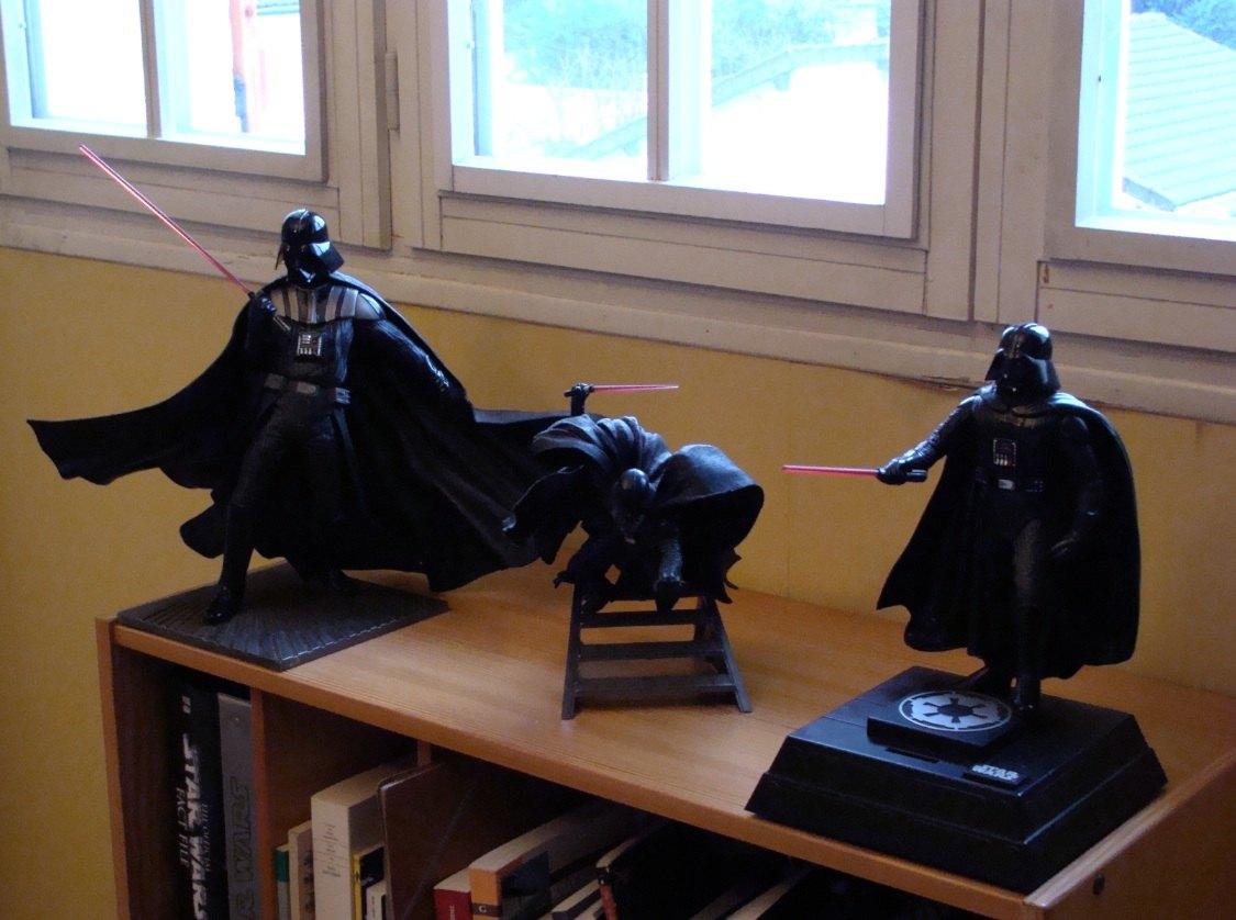 Photo 2 - trois statuettes de Vador qui sont aussi dans mon bureau. La première est une tire-lire qui entonne la marche impériale quand on glisse une monnaie dans la fente.
