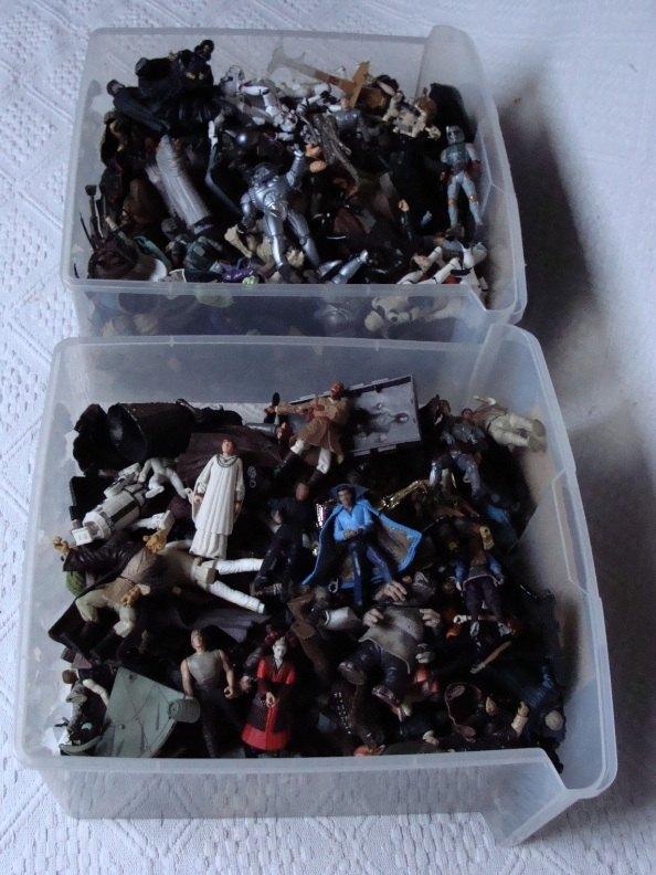 Photo 8 - Une partie des figurines SW dans leurs bacs. À noter: ce sont des jouets qui ont vécu leur vie de jouet et qui ne sont pas restés dans leur emballage.