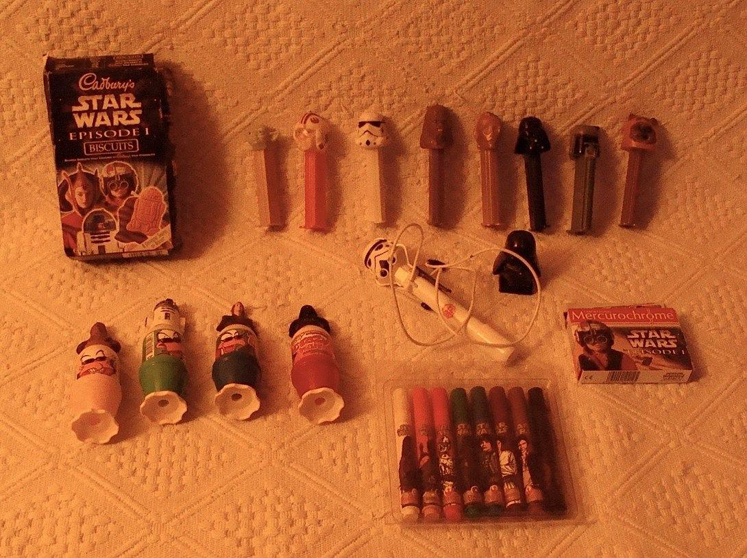 Photo 11 - Quelques produits dérivés SW : des biscuits et des sparadraps de l'épisode 1; 1 stylo stormtrooper et des feutres; des étuis à bonbons Pez; des flacons de bonbon liquide achetés au Mexique (encore les voyages!).