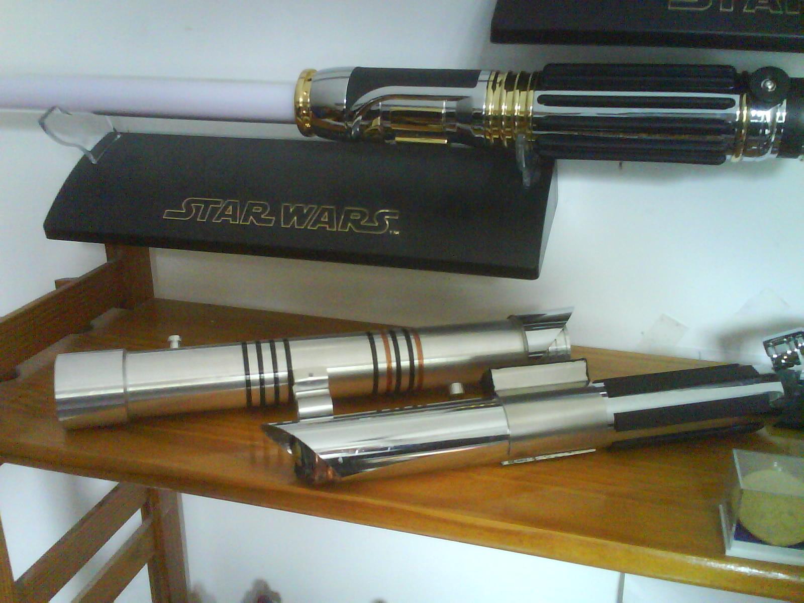 Photo 2 - Voici mes 2 sabres custom, celui du haut, je l'ai usiné surun tour traditionnel au lycée, et celui du bas, avec des materiaux de récup, quand je bossais dans le GSM