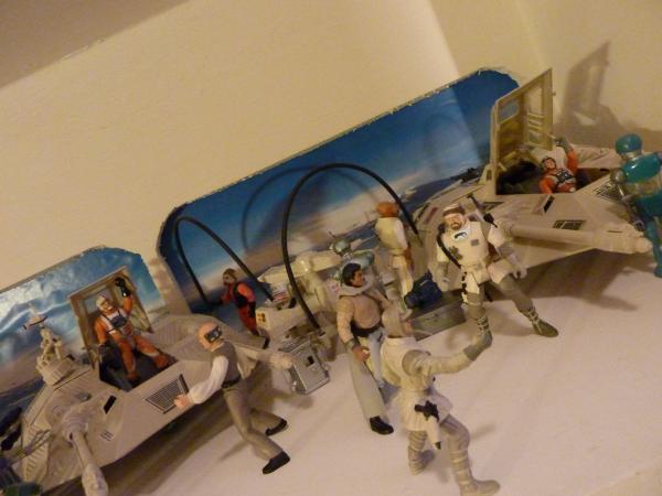 Photo 2 - La base ECHO sur Hoth #2. Les speeder viennent de rentrer à la base... (un pit droid s'est mélangé à l'équipe)