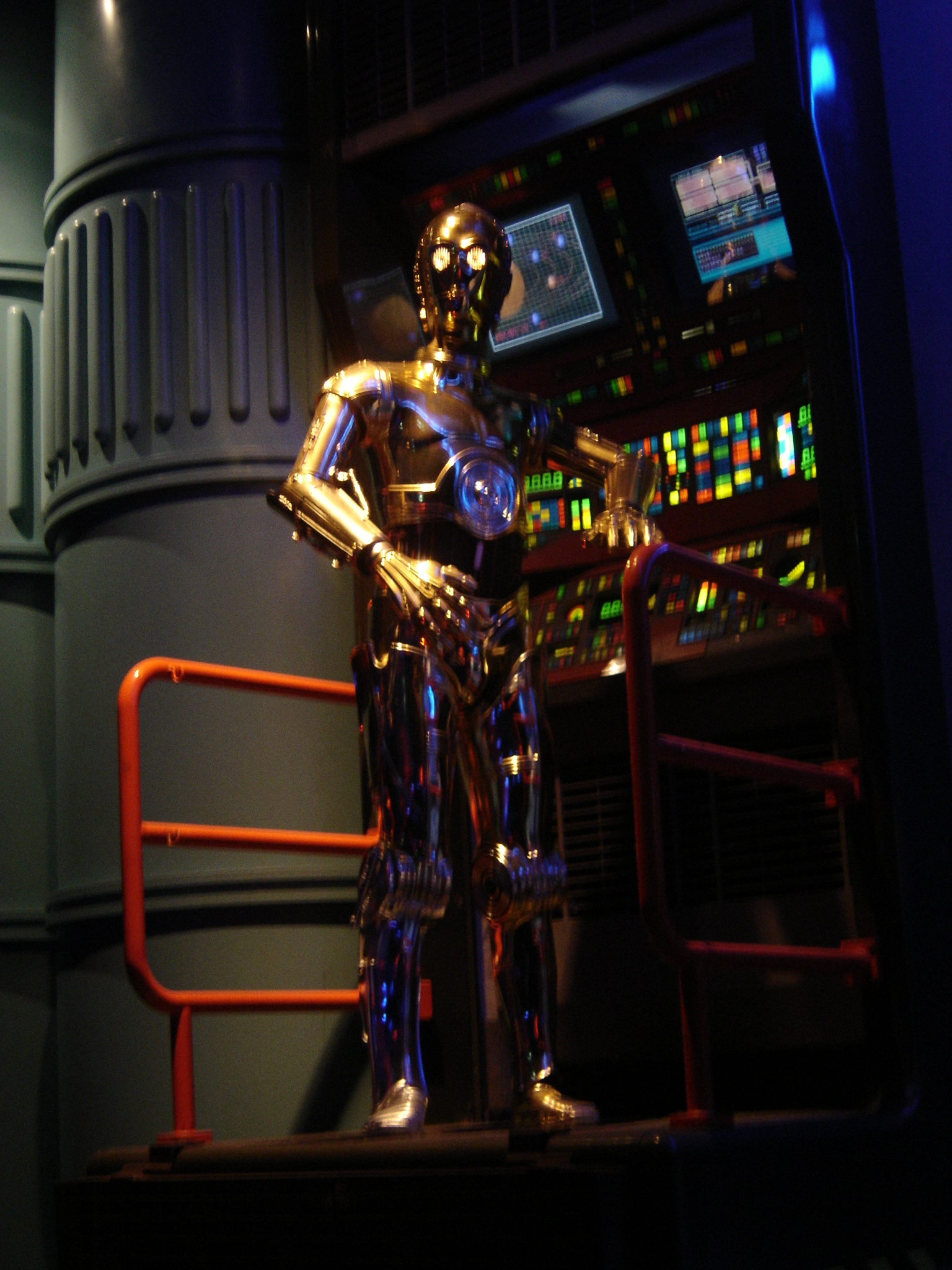 Photo 53 - C3-PO dans la file d'attente du Star Tour