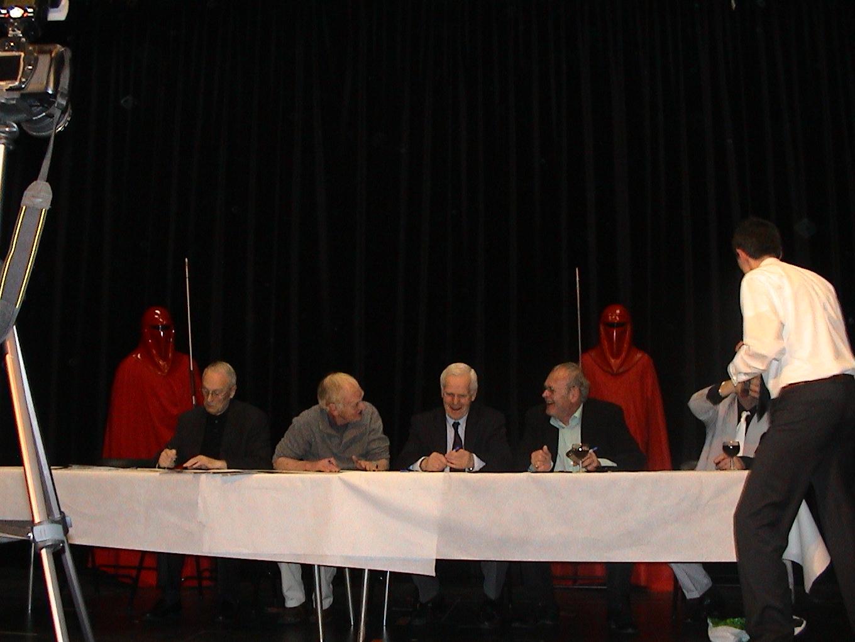 Photo 72 - Les Stars signent les autographes.