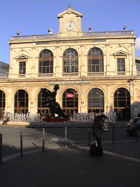 Photo 117 - Kardass devant la gare de Lille Flandres et son horreur.