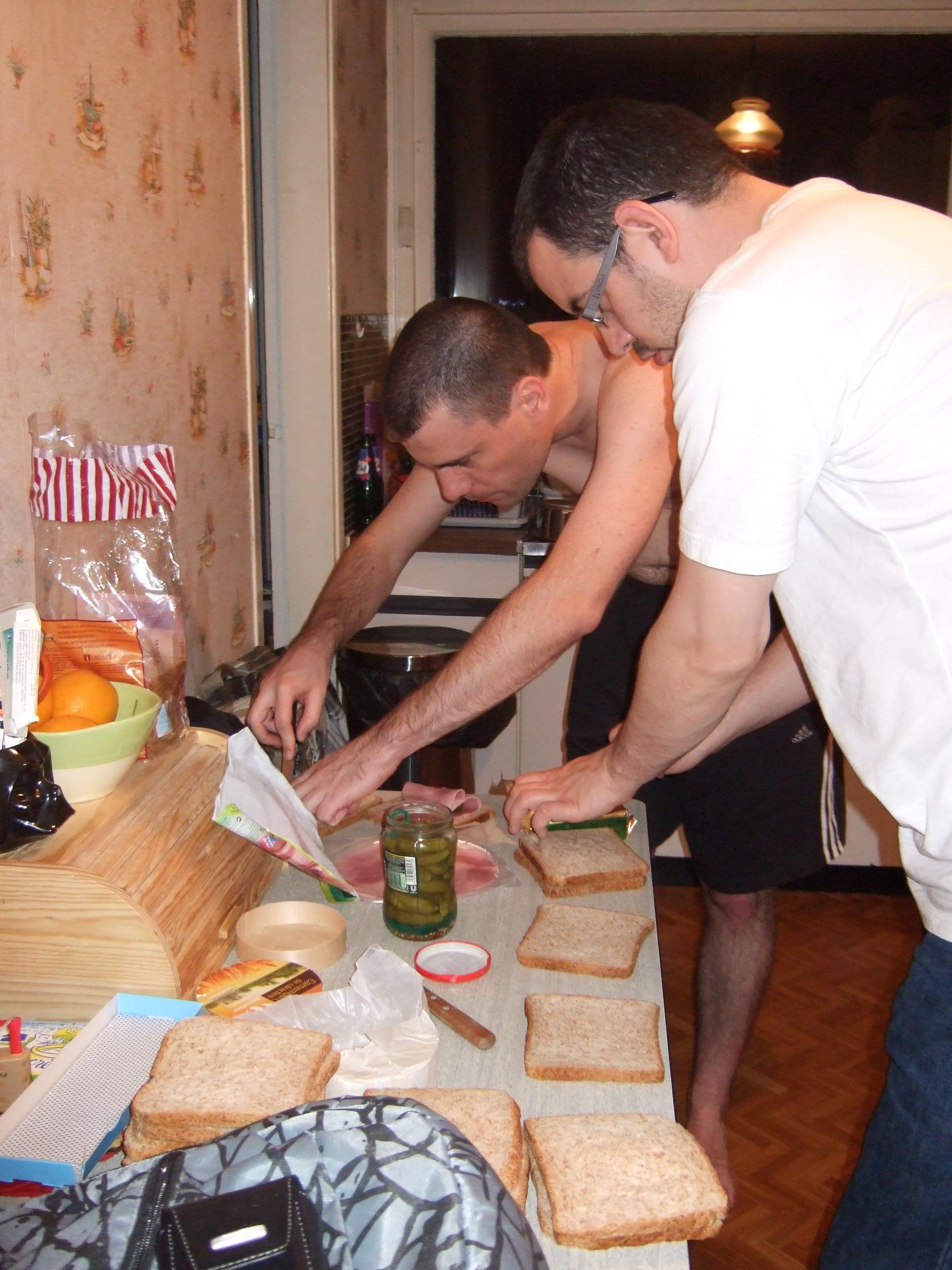 Photo 6 - Joruus29 et boba.fett7 préparent les sandwich