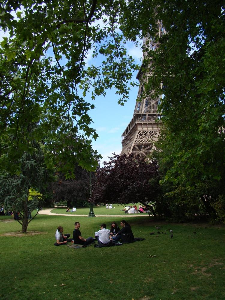 Photo 3 - La tour Eiffel veille sur les fans