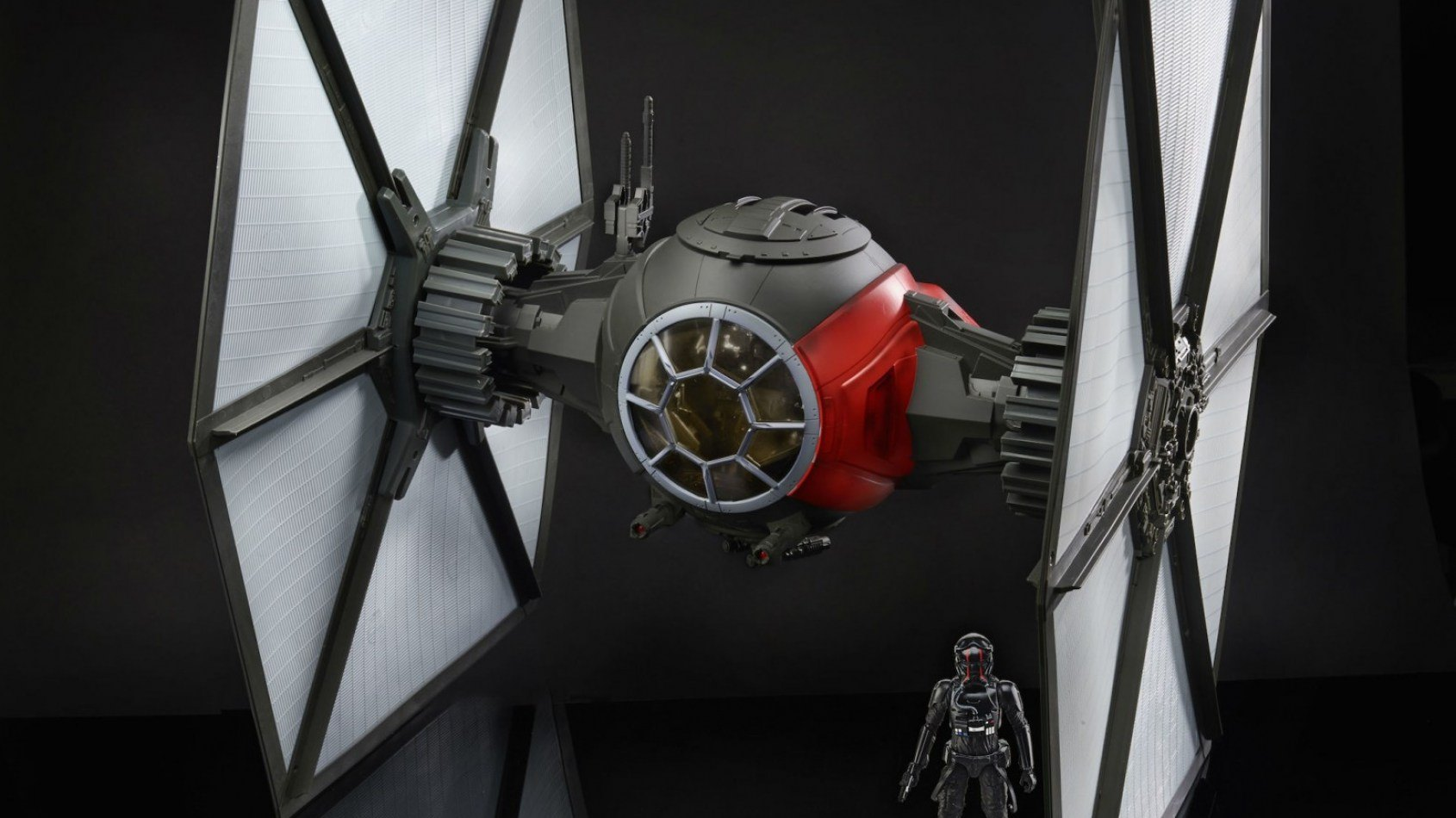[Hasbro] Le gigantesque Tie Fighter black série arrive en France